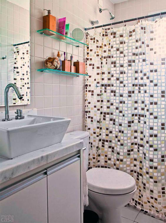 Prateleiras de vidros são boa pedida em banheiros modernos.