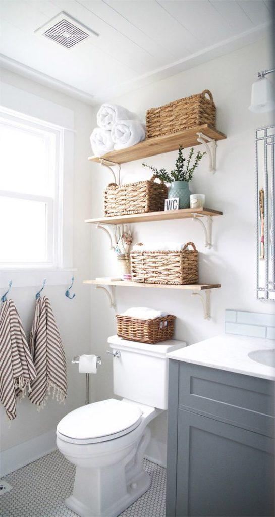 Prateleiras em madeira para banheiro moderno.
