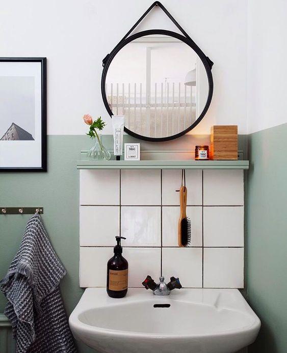Faixa de azulejo barateia o custo do banheiro moderno.