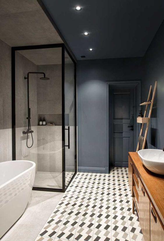 Azul-escuro, ladrilho hidráulico e cimento queimado para banheiro moderno.