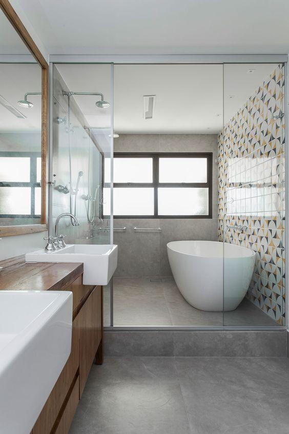 Banheiro moderno com cimento queimado e azulejo geométrico.