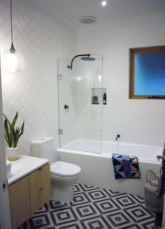 Banheiro moderno com branco e geometria.