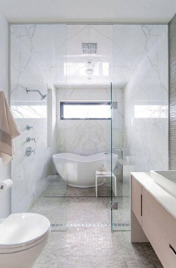 Banheiros modernos trazer revestimentos como o mármore carrara.