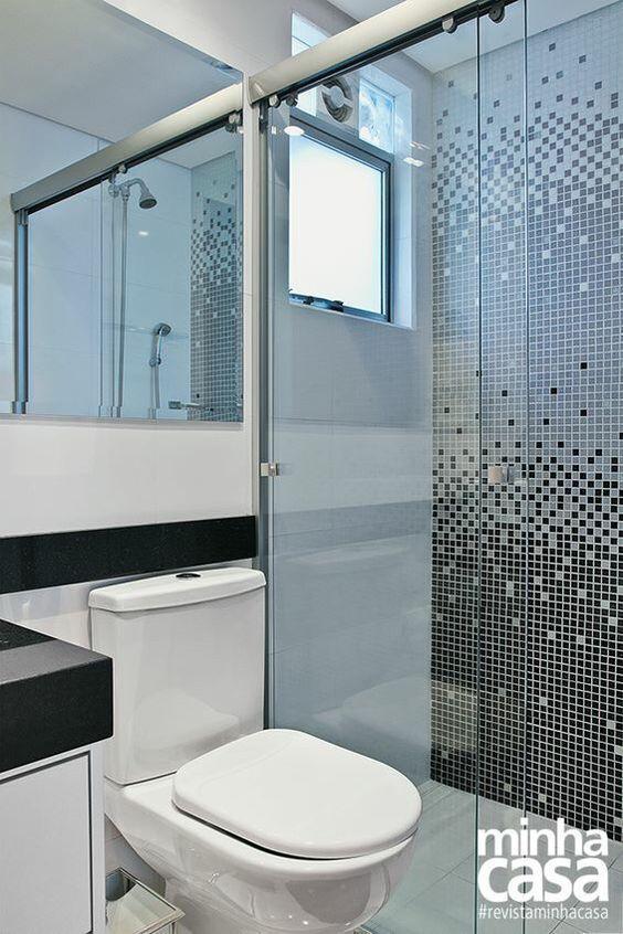 Banheiro com pastilha de vidro em degradê.