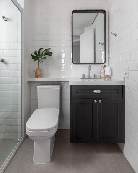 Cimento queimado garante visual moderno ao banheiro.
