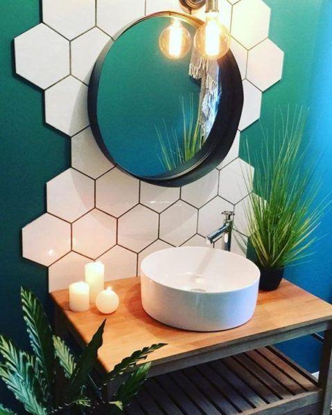 Banheiros modernos pedem revestimentos diferenciados, como o hexagonal.