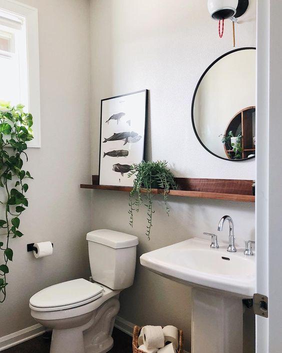 Banheiros pequenos parecem maiores com tons clarinhos.
