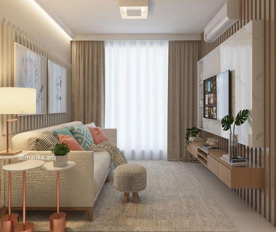 Sala com tapete, cortinas e rack bege, com detalhe branco e mesa de  canto branca com o pé rosé.