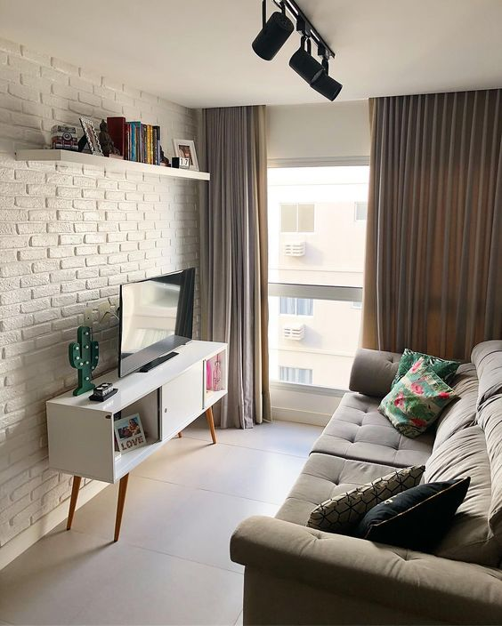 Sala de estar com janela ampla e cortina fluida