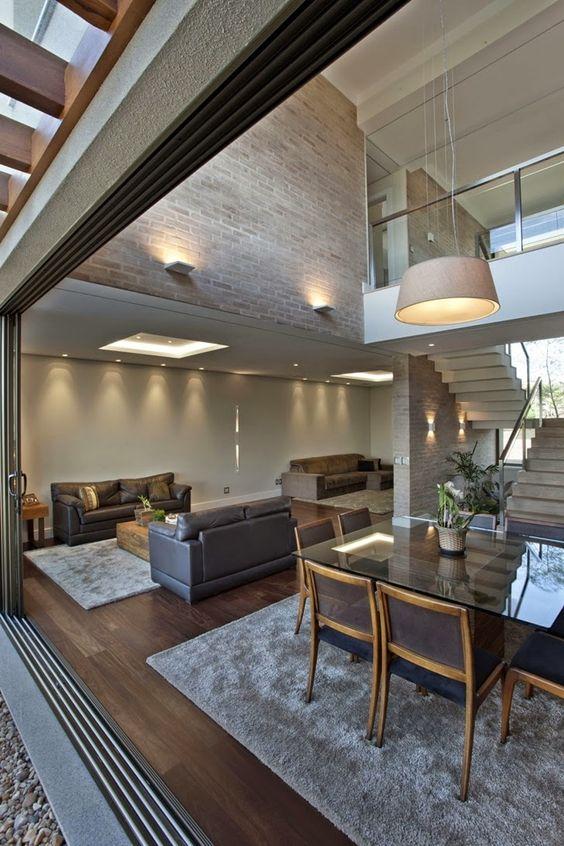 Casas modernas com elementos marcantes como as amplas aberturas.