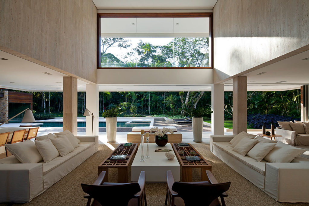 Integração entre externo e interno é destaque na construção.