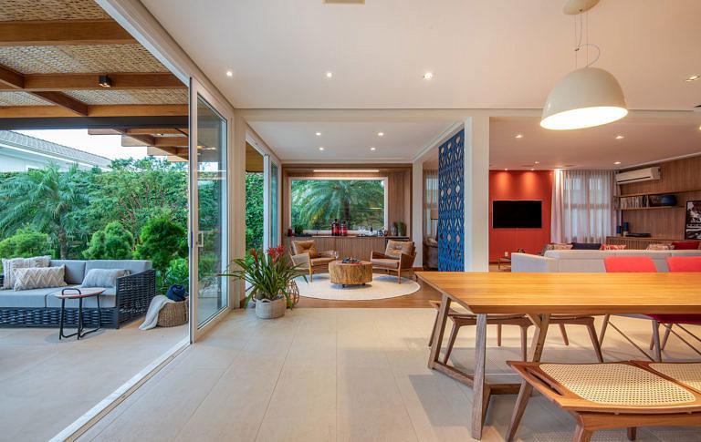 Paleta neutra traz modernidade à casa de campo.