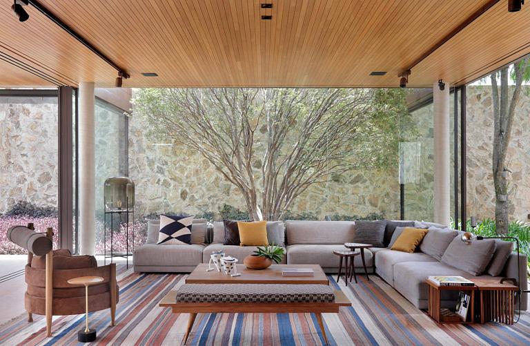 Casas modernas de campo trazem integração entre área externa e interna.