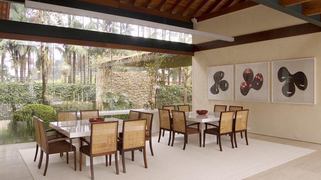 Casa moderna traz madeira e palinha como dupla infalível.