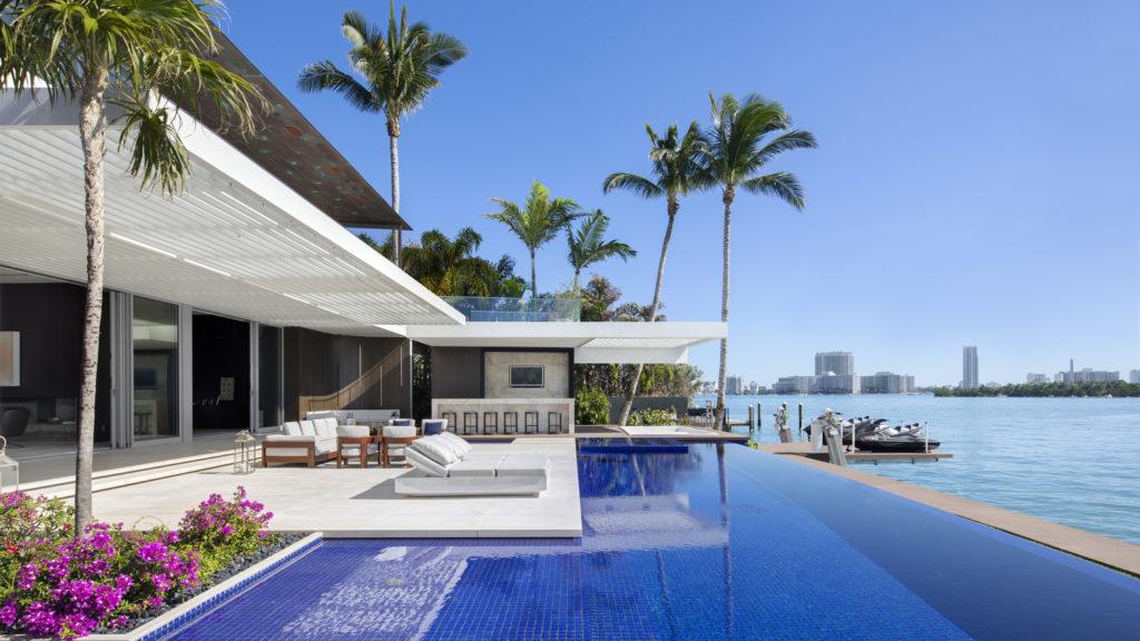 Casas modernas com piscina são sonho de consumo.