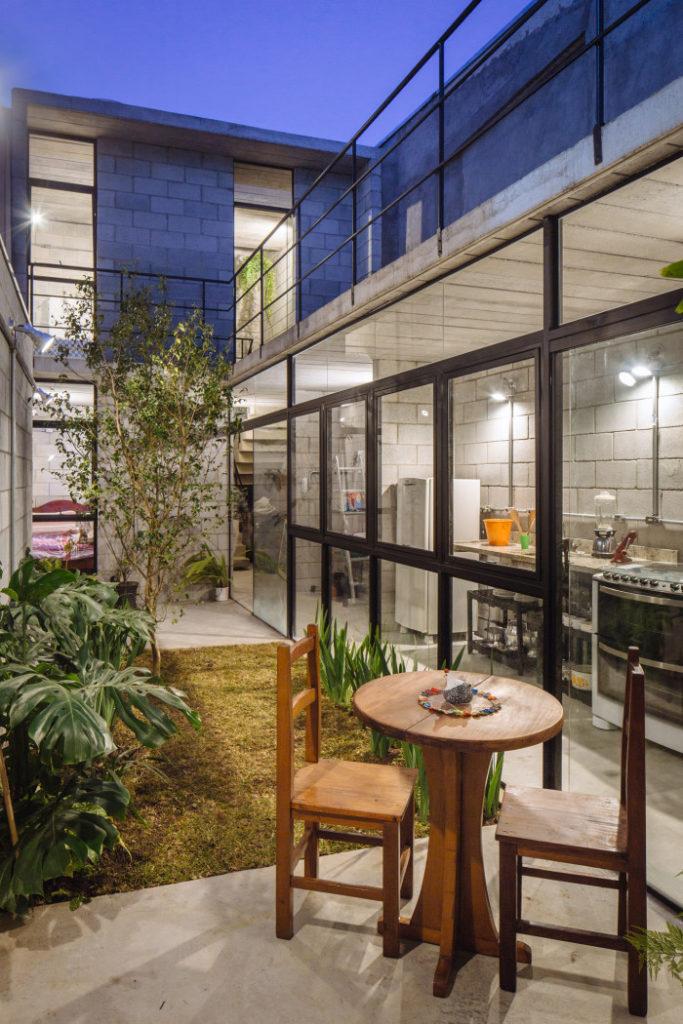 Casas modernas podem trazer como diferencial concreto nas paredes e piso.
