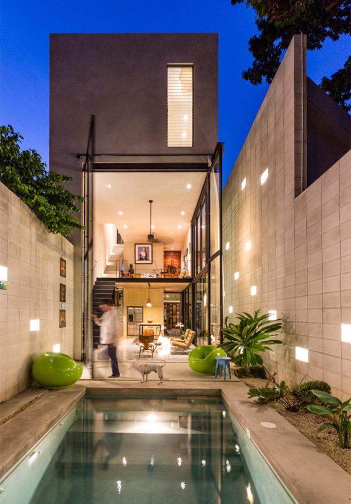 Casas modernas como essa trazem cimento queimado, caixilhos pretos e vidros.