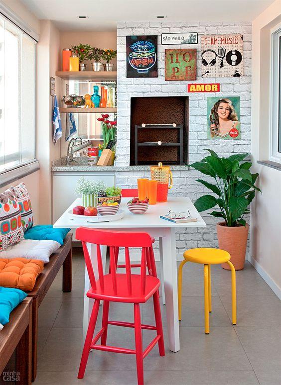 área gourmet com decoração colorida.