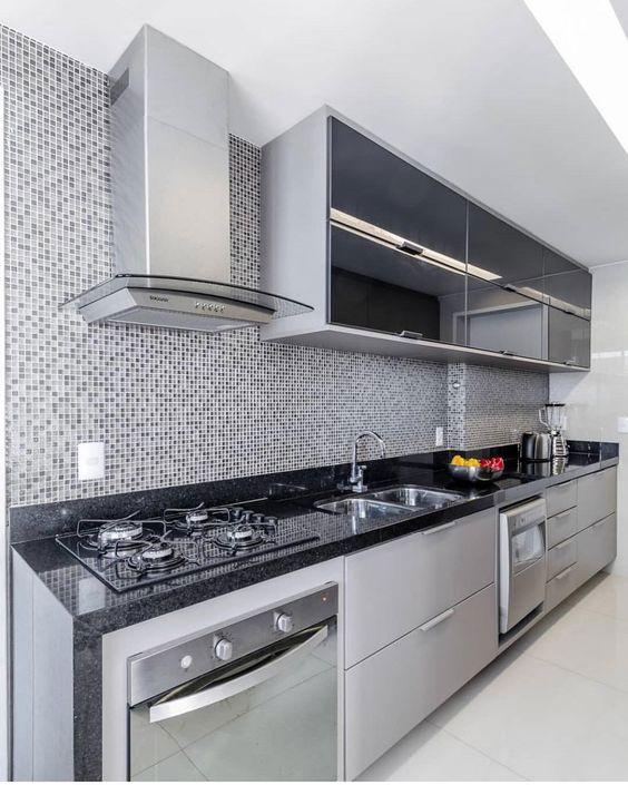 Cozinhas modernas trazem elementos como pastilha de vidro