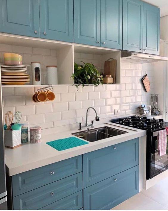 Cozinha moderna em azul e branco.