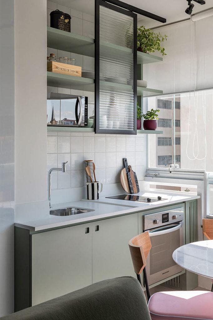 Verde é a base dessa cozinha moderna.