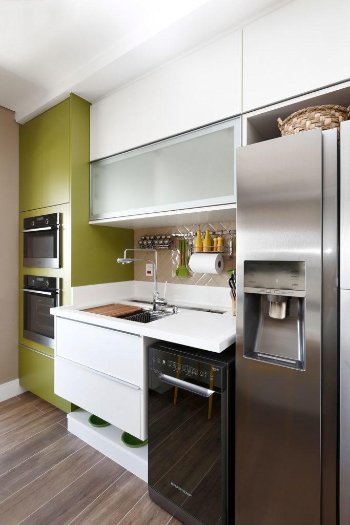 Cozinha moderna com verde-oliva, branco e rose.