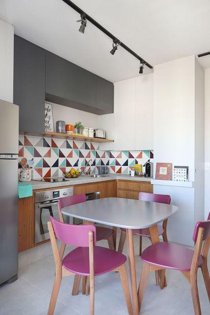 Cozinha moderna com cores e elementos geométricos.