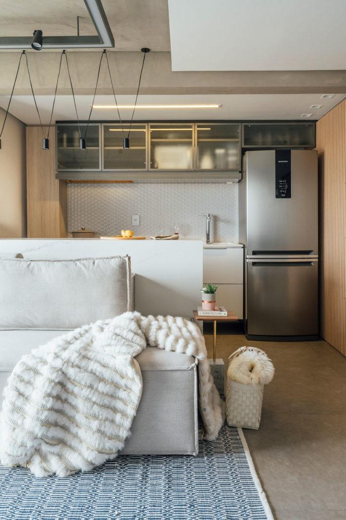 Cozinha integrada à sala de estar.