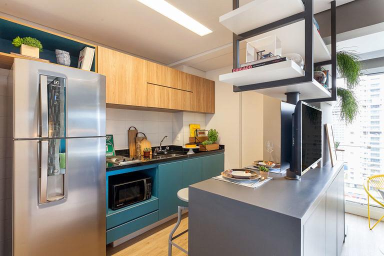 Cozinhas modernas trazem dois tons nos armários.