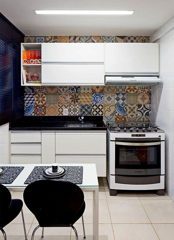 Ladrilho hidráulico é destaque na cozinha moderna simples.