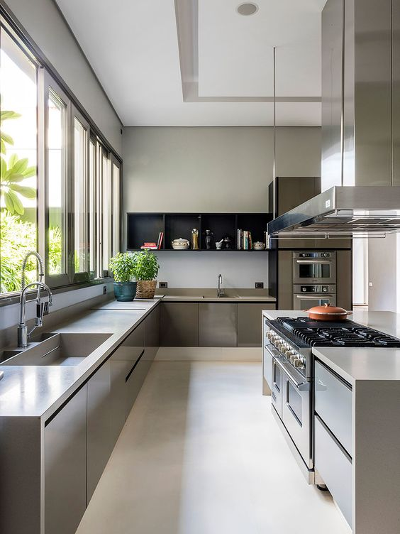 Cozinha moderna com projeto atemporal.