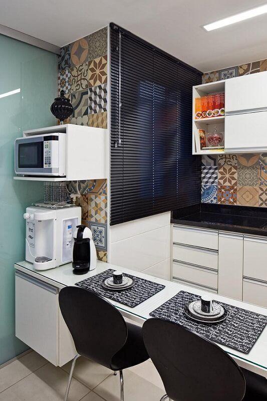 Cozinhas modernas pedem cores fortes como neste projeto.