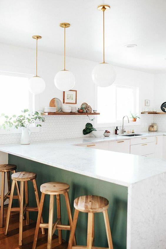 Cozinhas modernas com branco, verde e madeira.