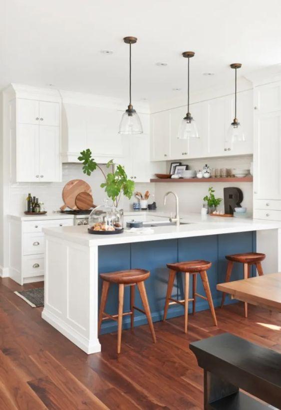 Azul é destaque nesta cozinha.