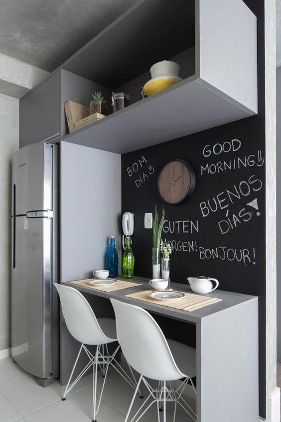 Parede lousa está entre as queridinhas em cozinhas modernas.