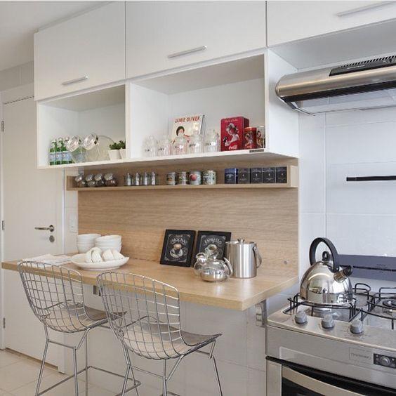 Cozinhas modernas com espaço para refeições.