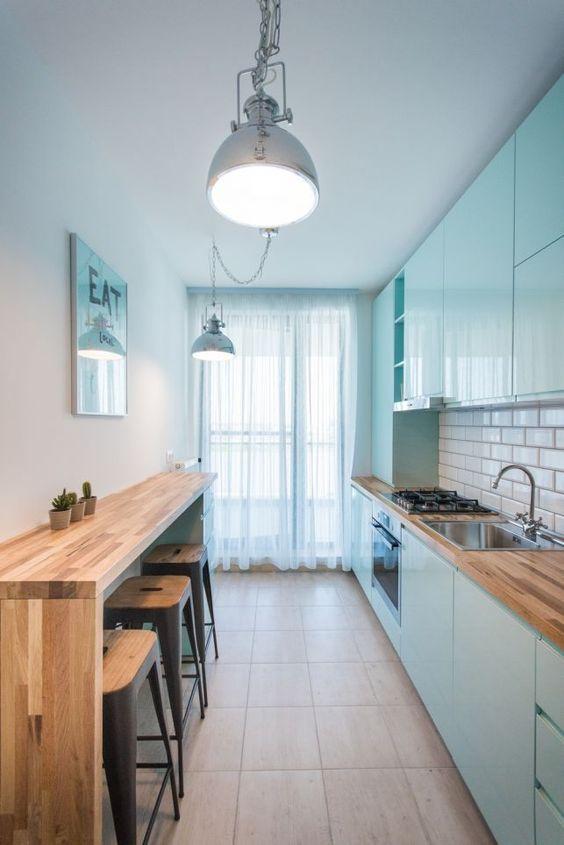 Cozinha corredor com estilo moderna.