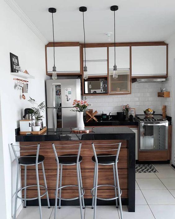 Cozinha com madeira, branco e preto.