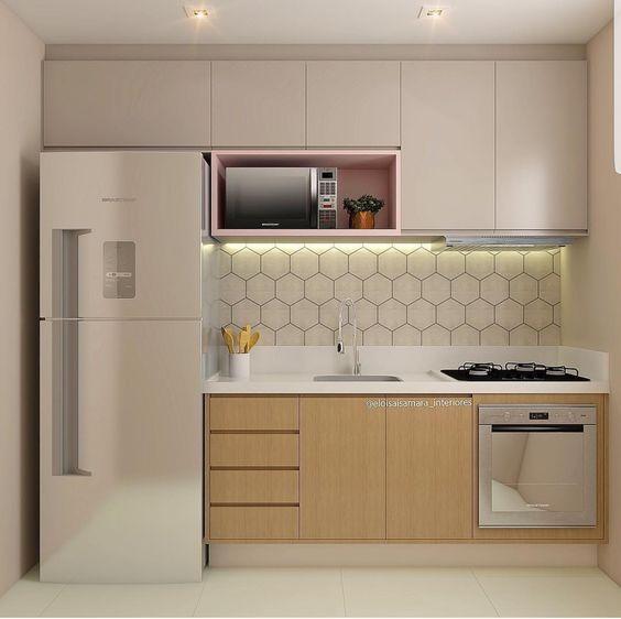 Cozinha moderna com revestimento geométrico.