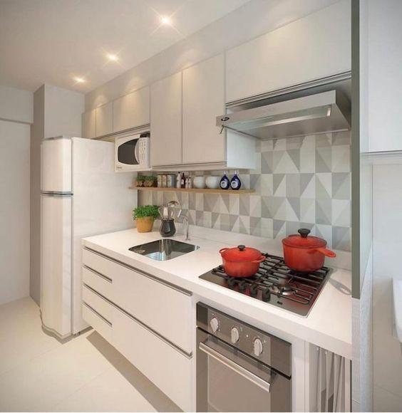 Cozinha cinza e branca.