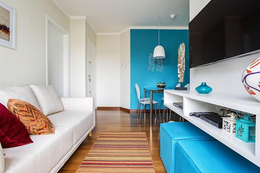 decoração de sala pequena em cores claras