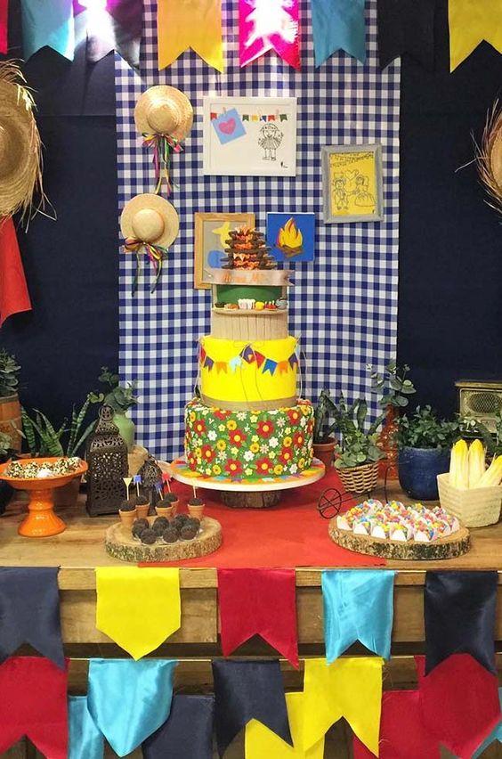 festa de aniversário com painel xadrez de fundo
