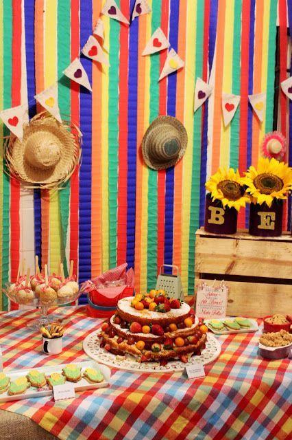 aniversário com decoração colorida de são joão