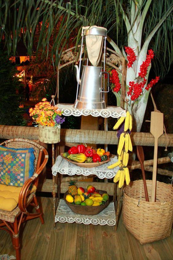 decoração de são joão com frutas e cestos