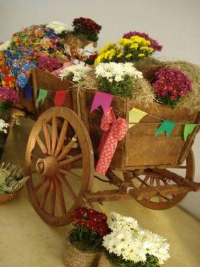 festa junina decorada com charrete