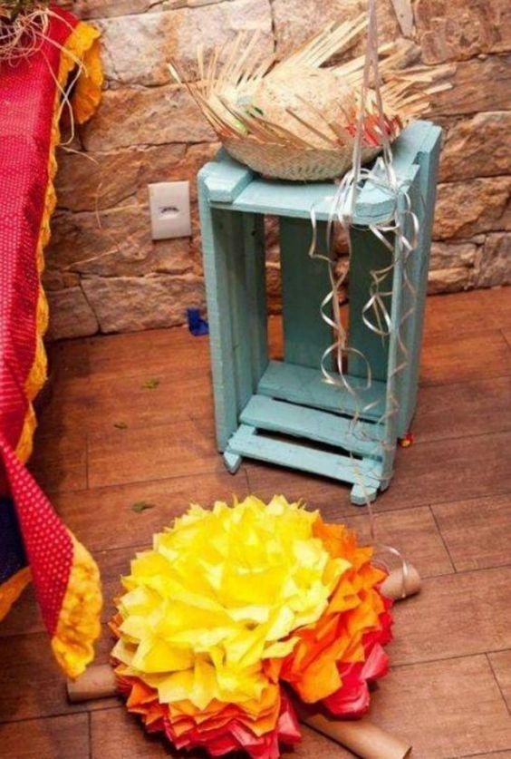 decoração de festa junina com fogueira de material reciclado