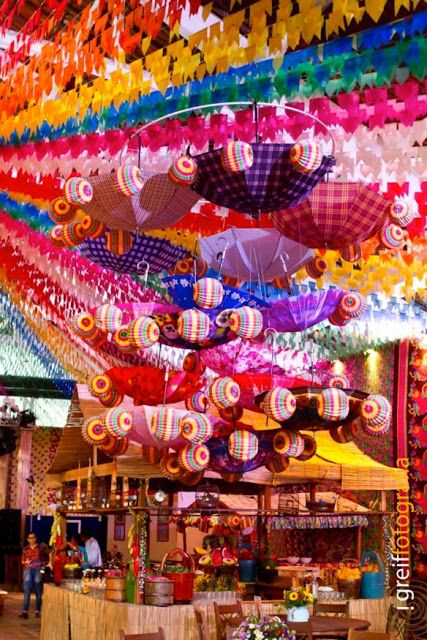 decoração multicolorida para festa junina