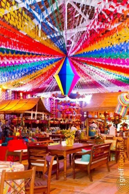 decoração de festa junina chique com fitas no teto