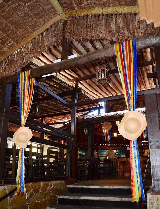 pórtico de entrada com decoração de festa junina