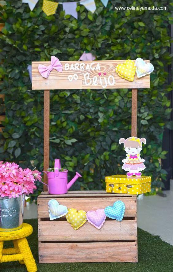 decoração de festa junina com barraca do beijo